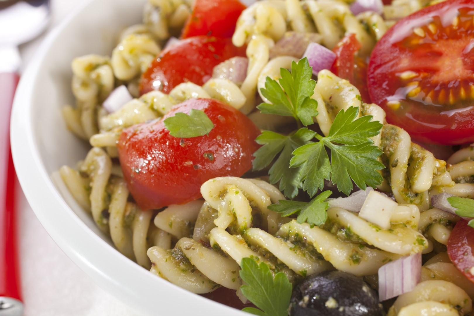 Pasta_fusili_salad_pesto_tomatoes_olives_onion