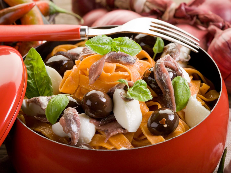 Red_tagliatelle_mozzarella_anchovies_black_olives