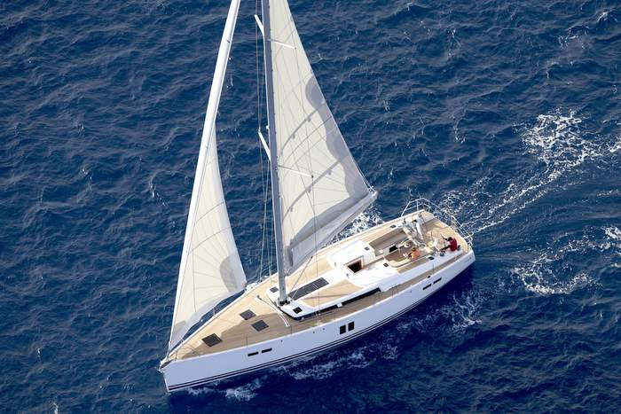 Hanse 545 segelt nahe Pisa an der Kueste