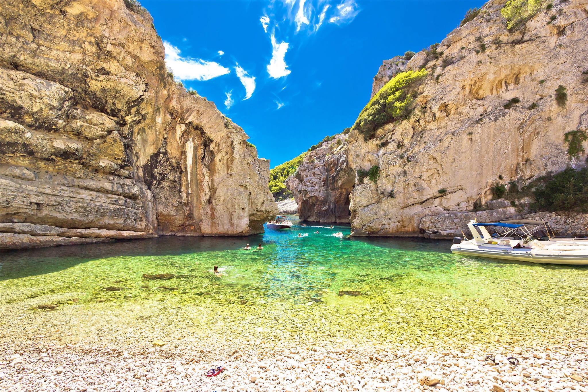 mamma-mia-croatia-split-region-vis-island-stiniva-bay